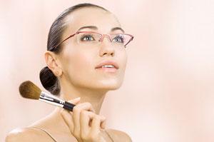Правила макияжа под очки или контактные линзы